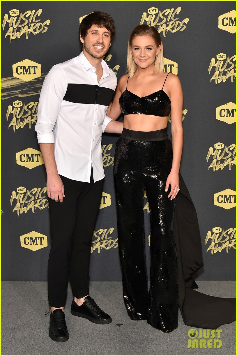 kelsea ballerini and husband morgan evans share a smooch at cmt music awards 2018 014096411