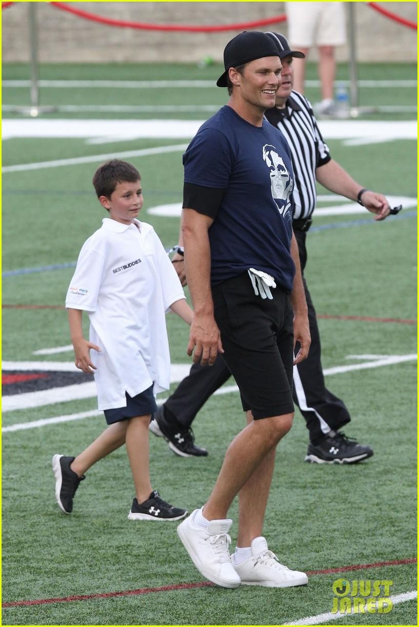 tom brady plays football with his kids best buddies 044094185