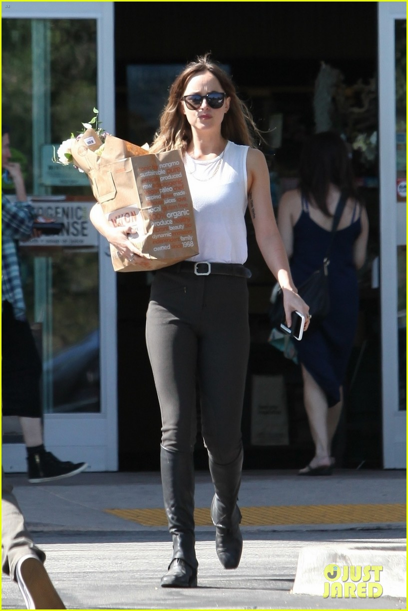 dakota johnson looks chic for grocery shopping 034098010