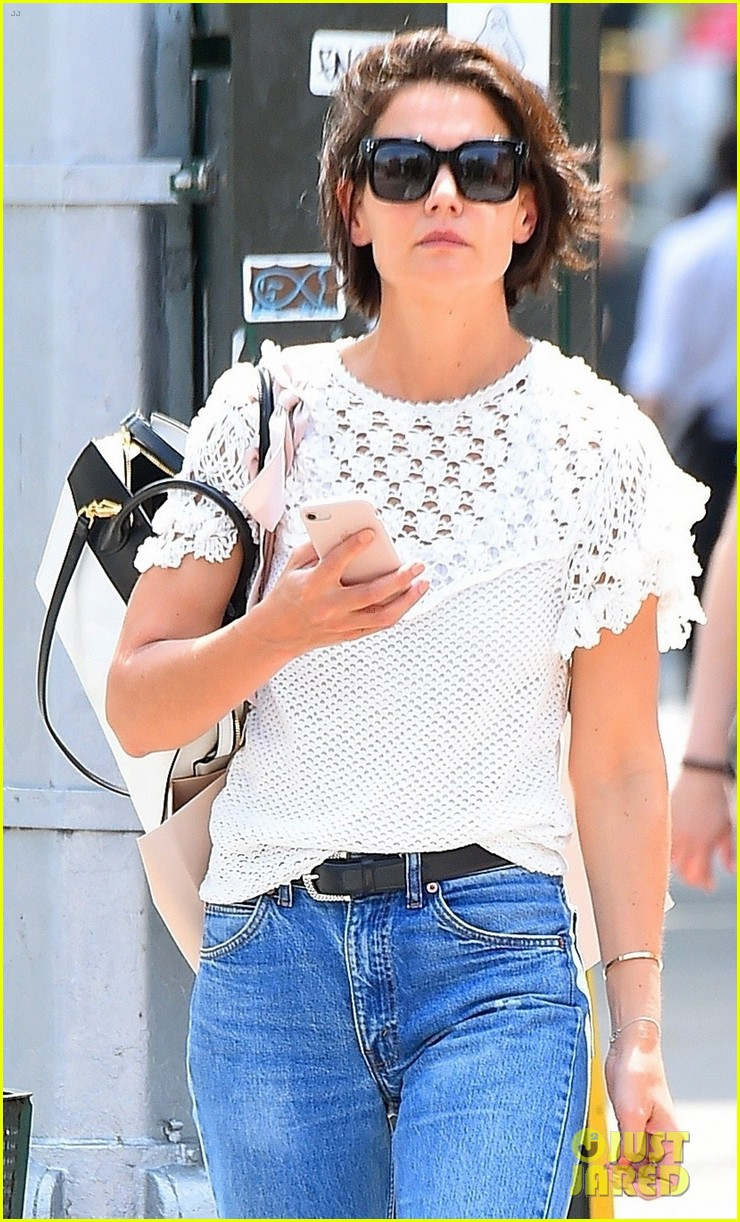 katie holmes looks effortlessly chic while strolling in nyc 014097983