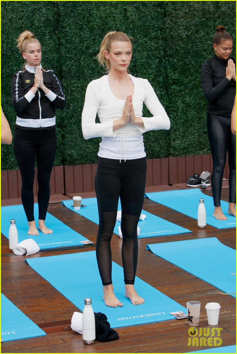 jaime king hosts a yoga class 054097422