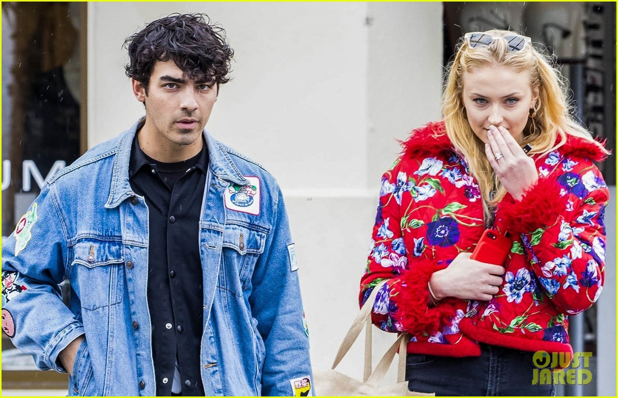 joe jonas and sophie turne do some shopping in bondi 014098554