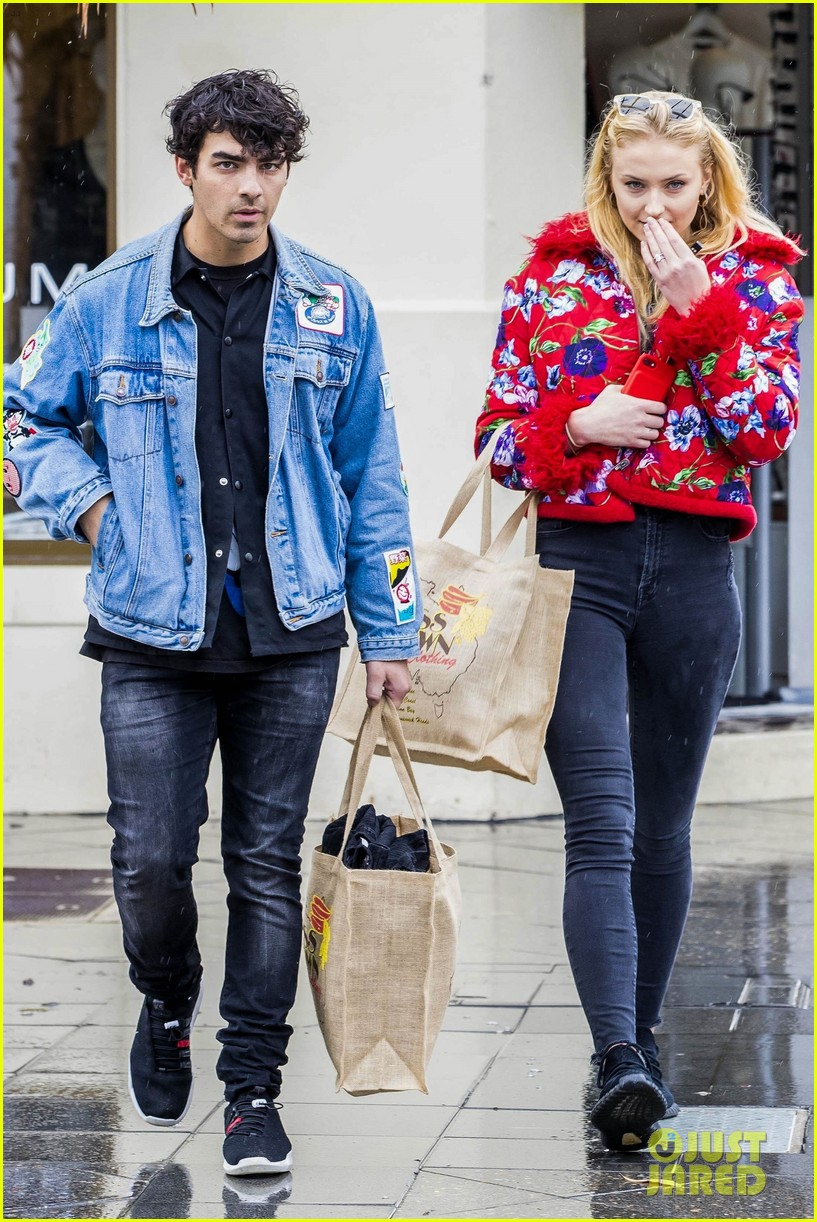 joe jonas and sophie turne do some shopping in bondi 044098557