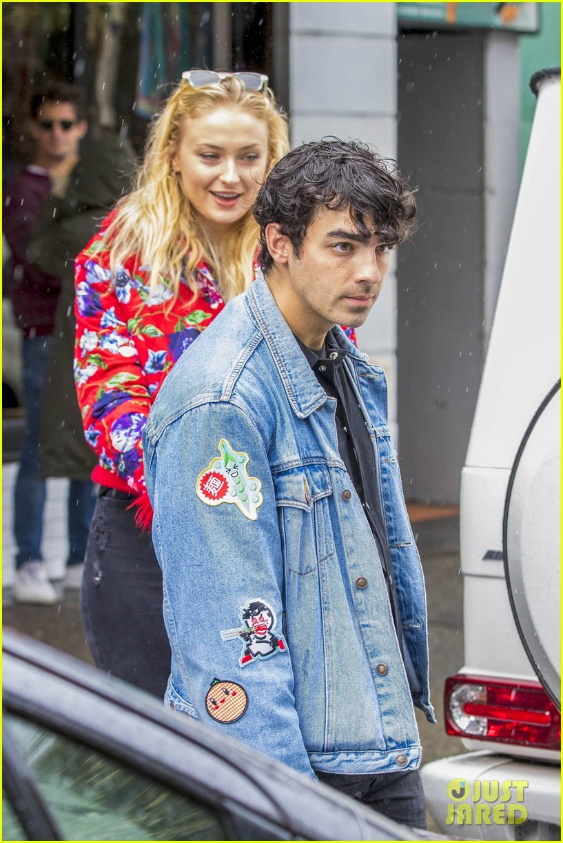 joe jonas and sophie turne do some shopping in bondi 054098558