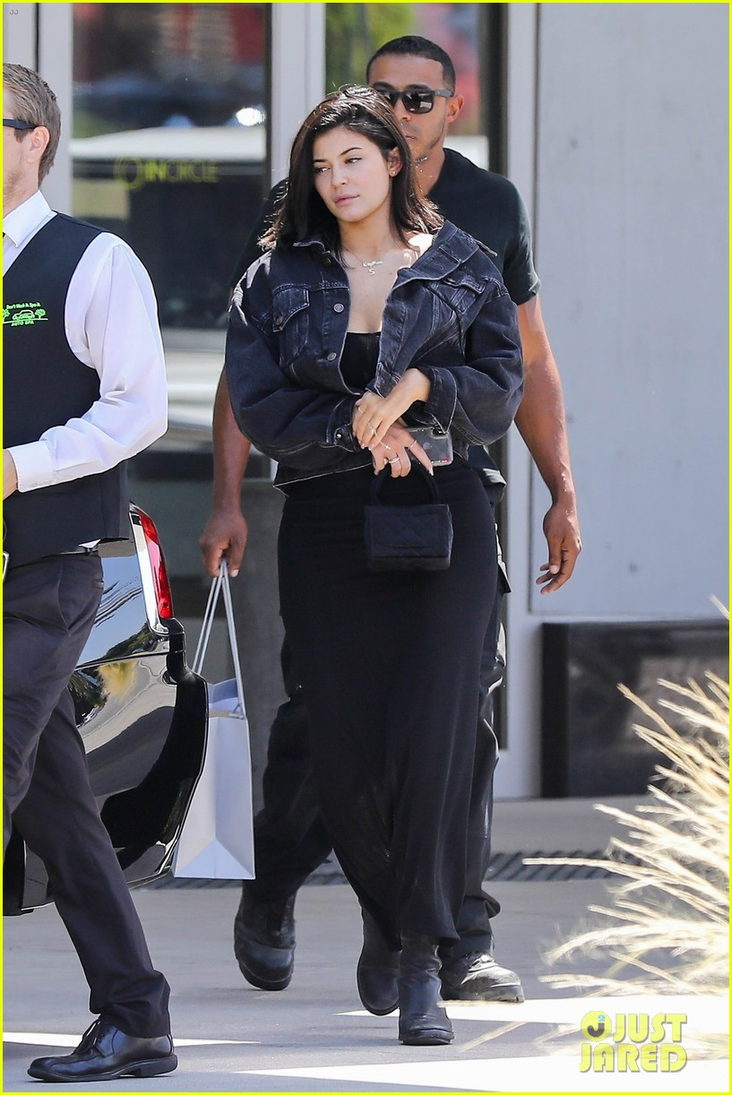 kylie jenner returns to la goes makeup free 014106977