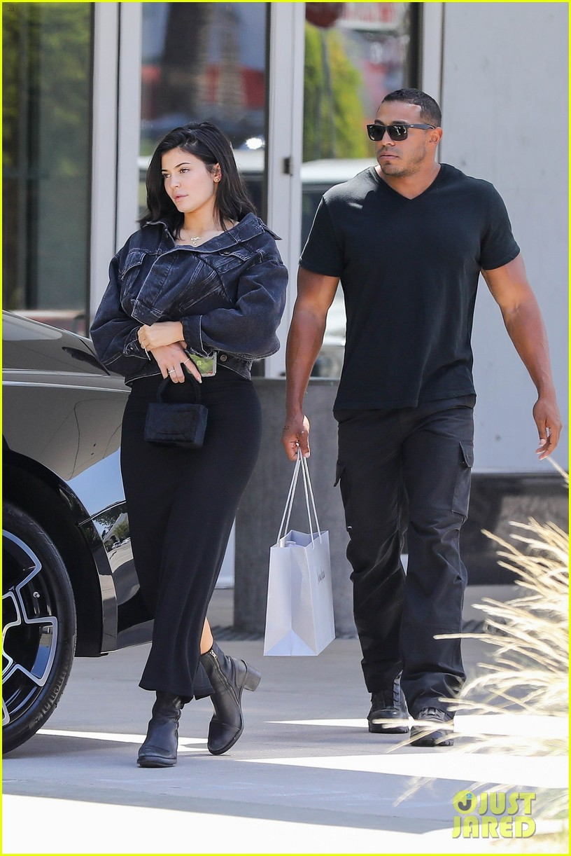 kylie jenner returns to la goes makeup free 034106979