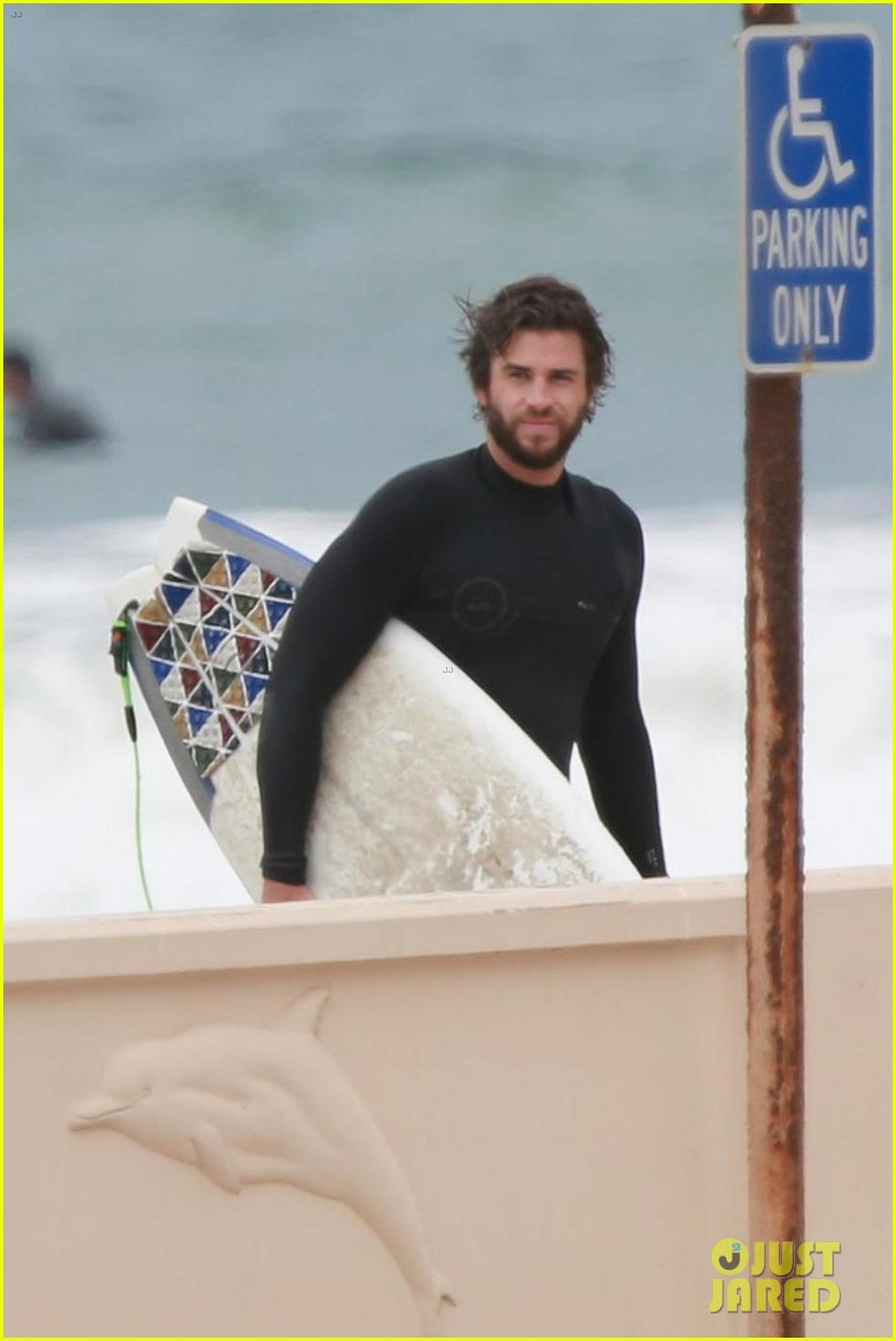 liam hemsworth hits the waves with brother luke 014109180