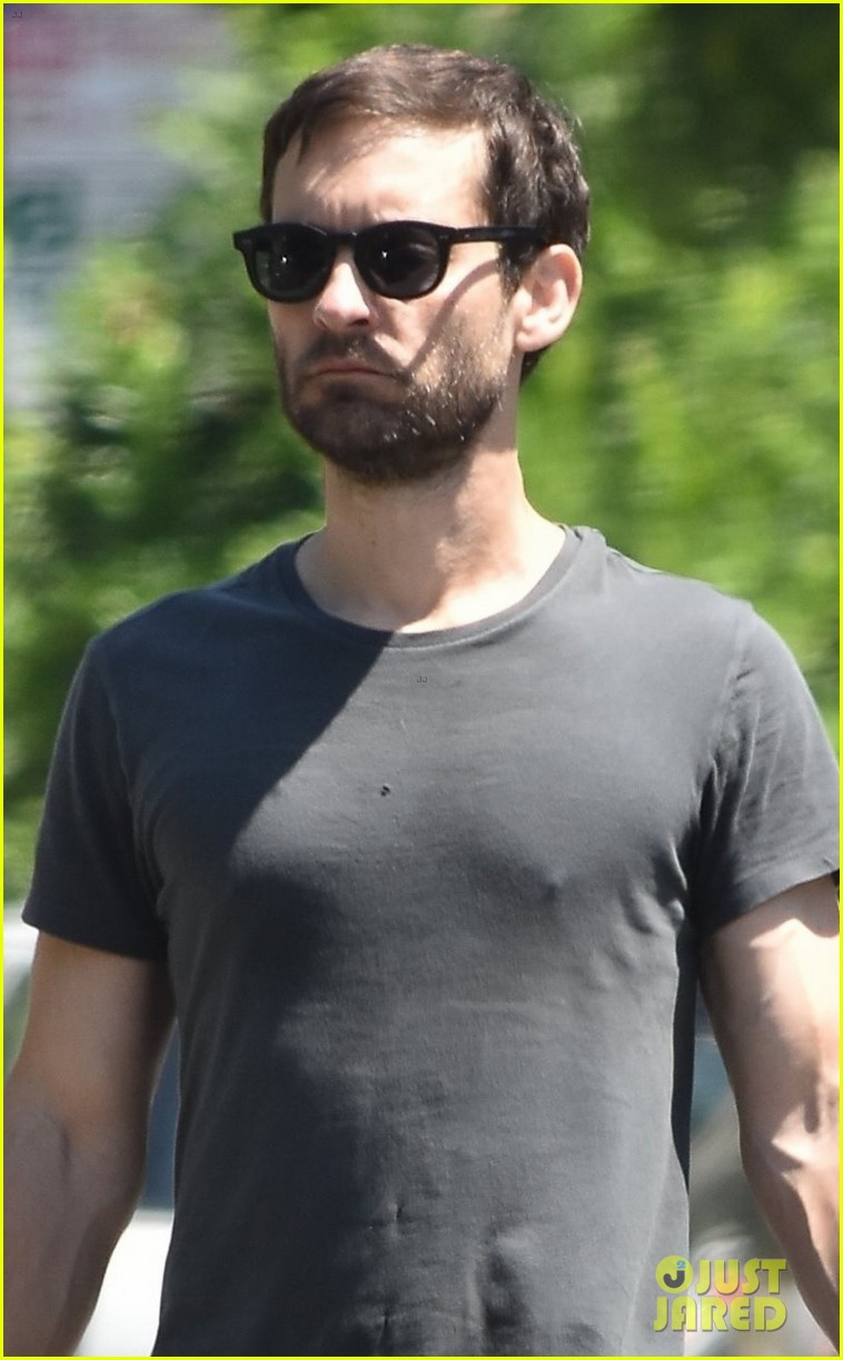 tobey maguire shoes off hit physique at the gym 024100616
