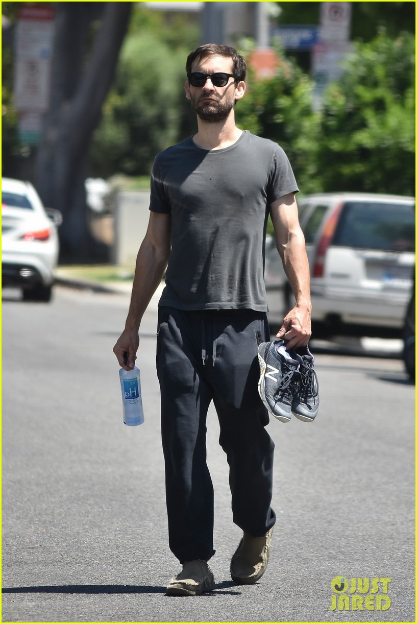 tobey maguire shoes off hit physique at the gym 034100617