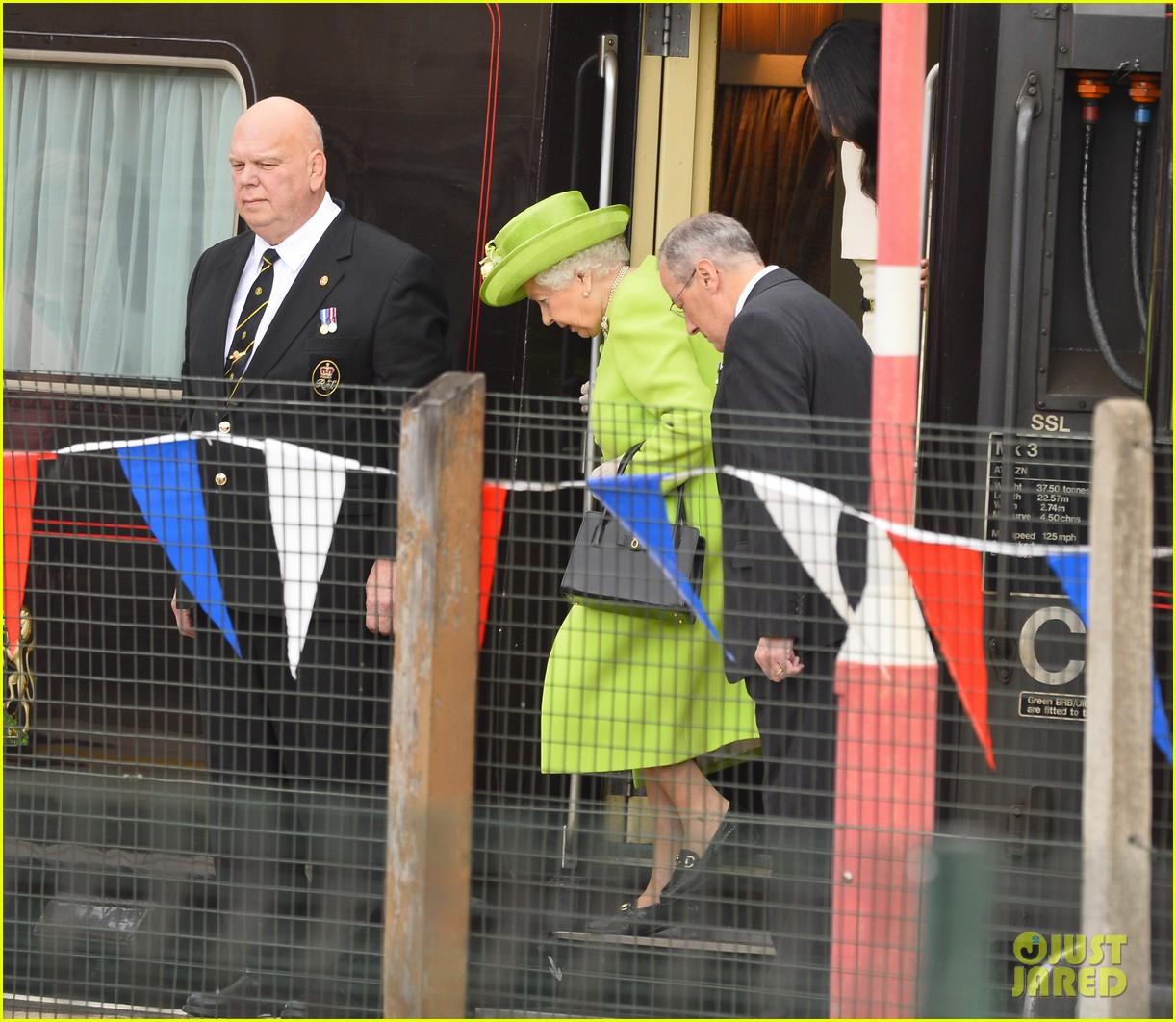 meghan markle queen elizabeth car moment 024101261