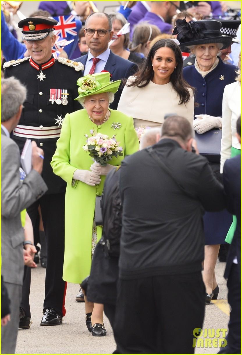 meghan markle queen elizabeth car moment 034101262