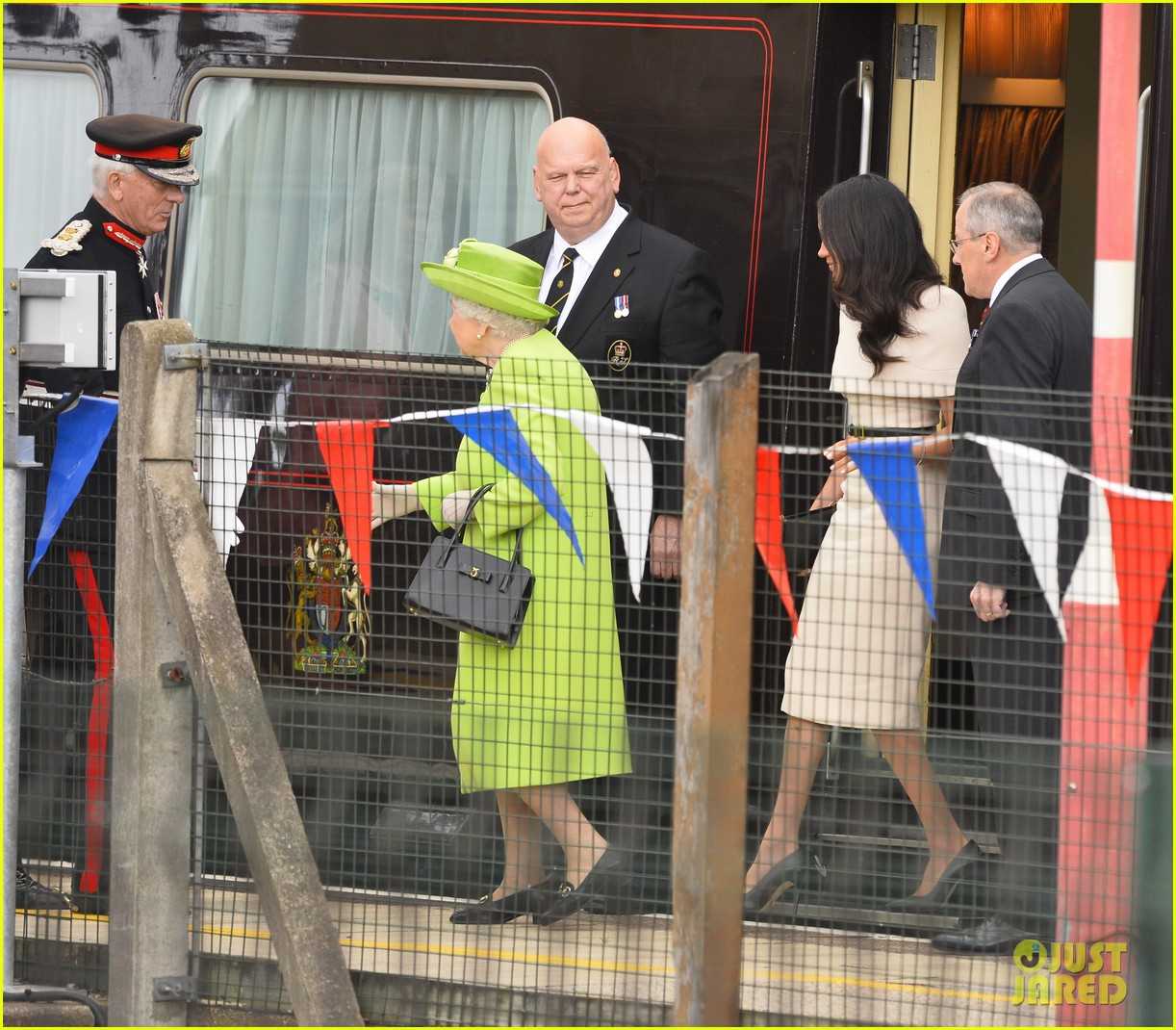 meghan markle queen elizabeth car moment 044101263