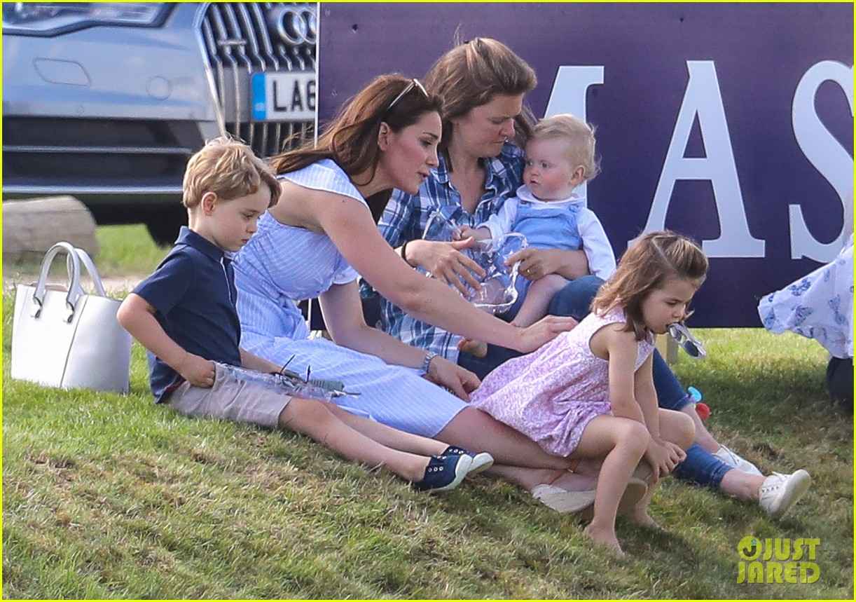 kate middleton plays prince george princess charlotte 024098567