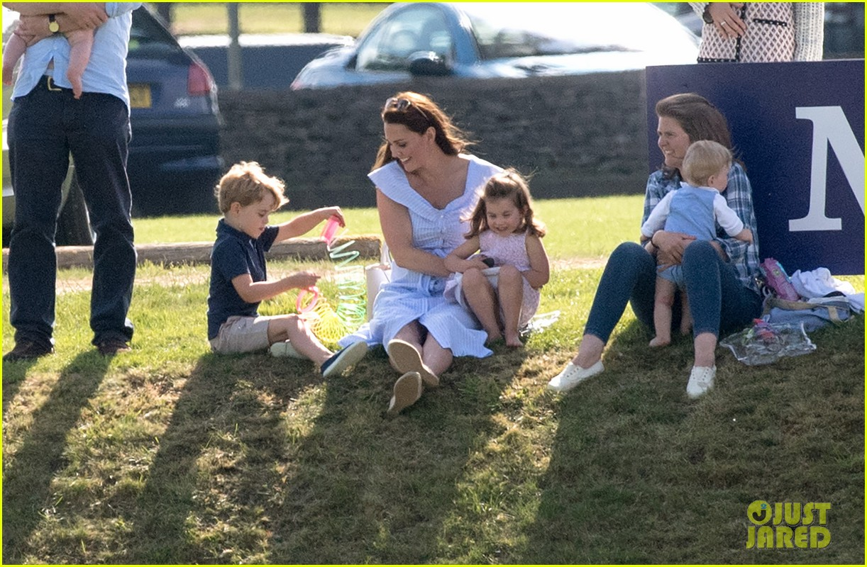 kate middleton plays prince george princess charlotte 044098569