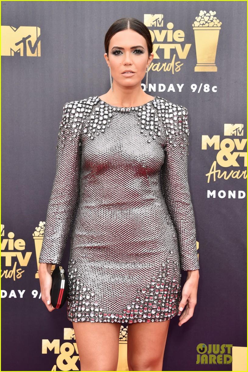 Mandy Moore Looks Fierce In Metallic Form Fitting Dress
