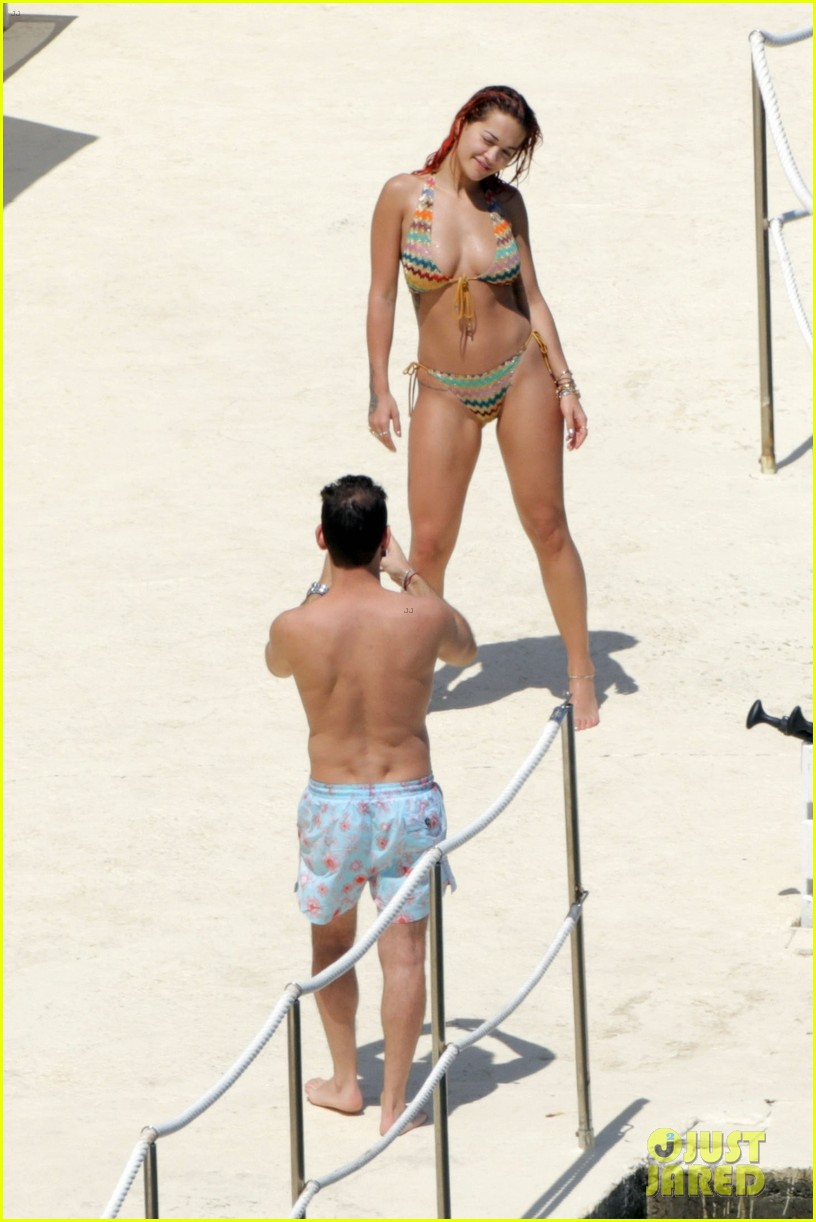 rita ora flaunts her figure in colorful bikini with boyfriend andrew watt in tuscany 024096339