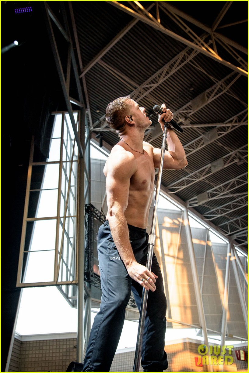 dan reynolds shirtless imagine dragons tour 034102718