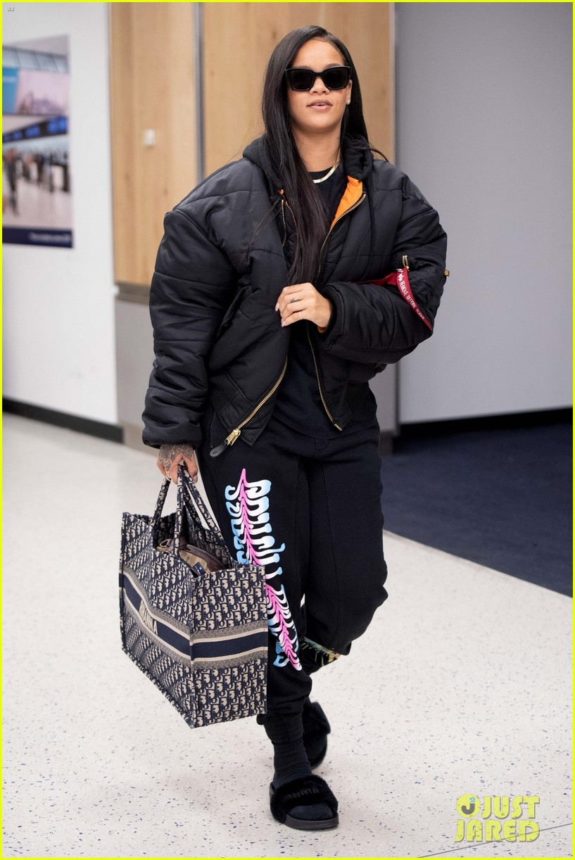 rihanna catches flight out of nyc 064097515