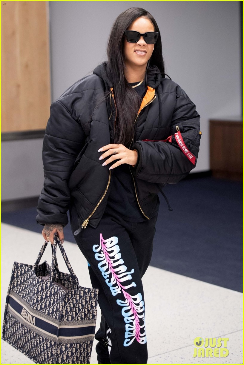rihanna catches flight out of nyc 084097517