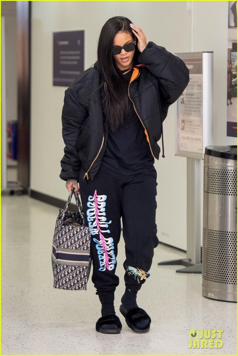rihanna catches flight out of nyc 104097519