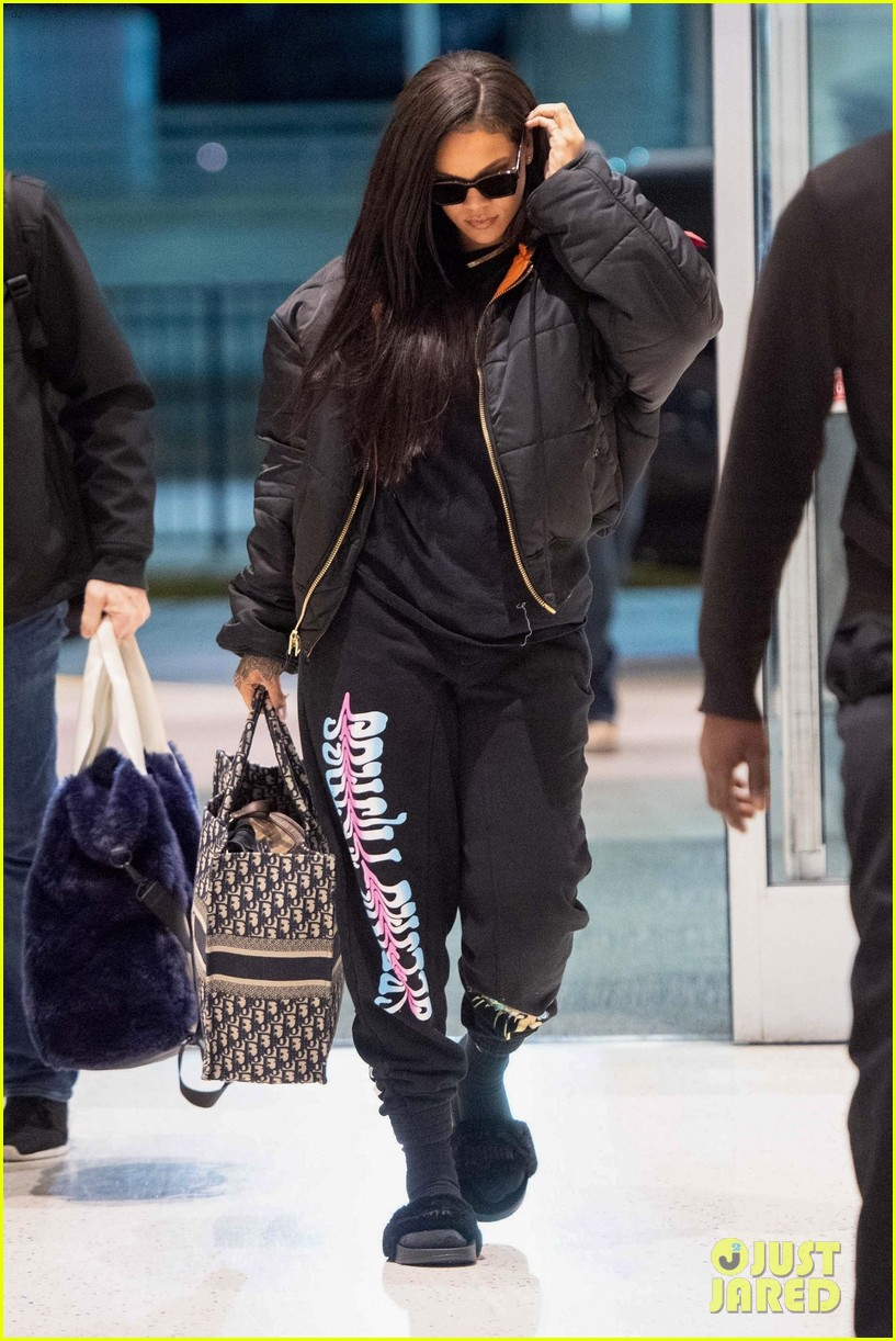 rihanna catches flight out of nyc 124097521