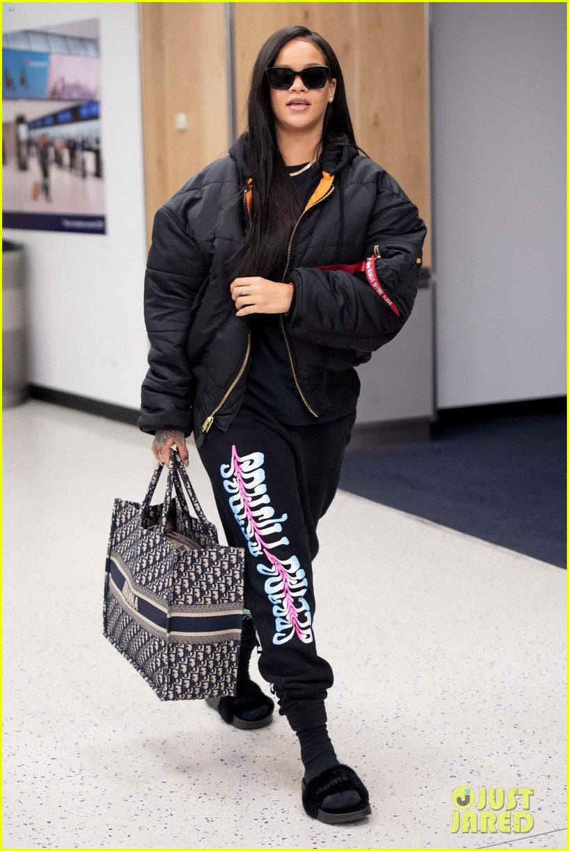 rihanna catches flight out of nyc 134097522