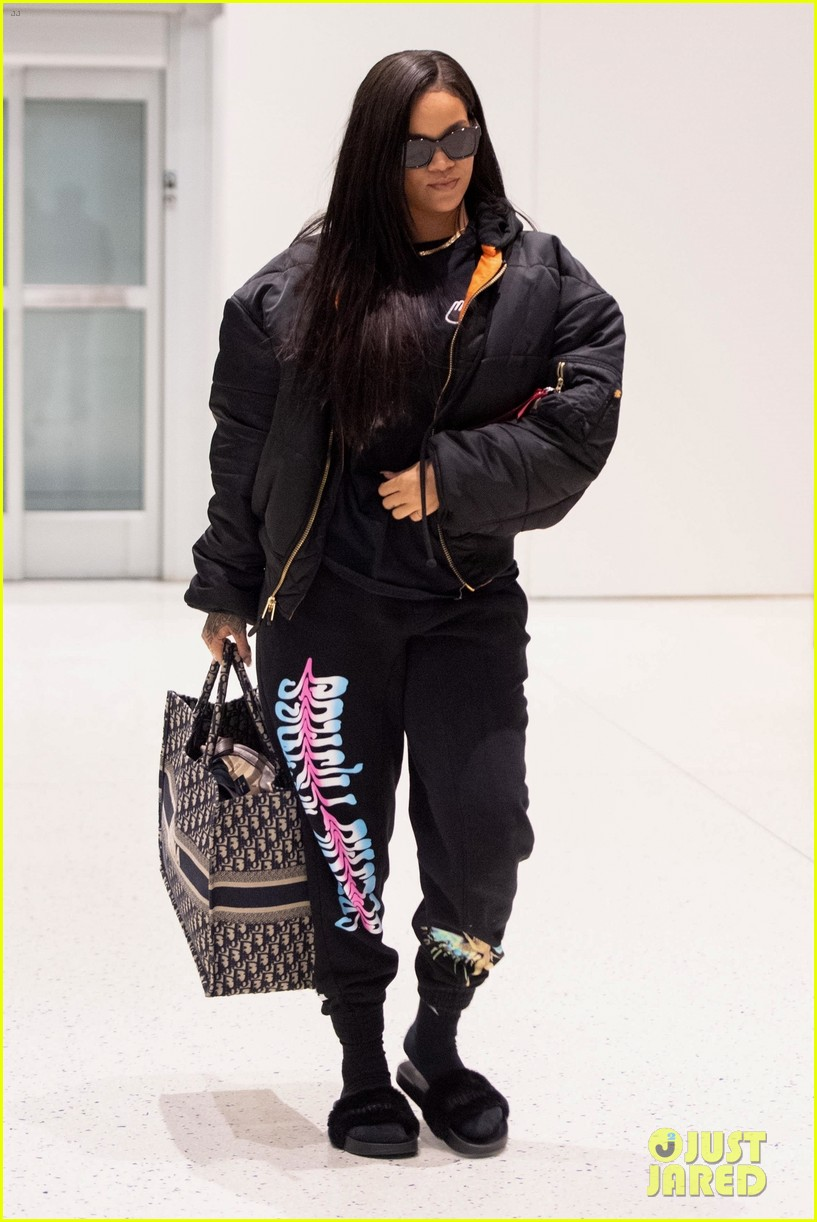 rihanna catches flight out of nyc 154097524