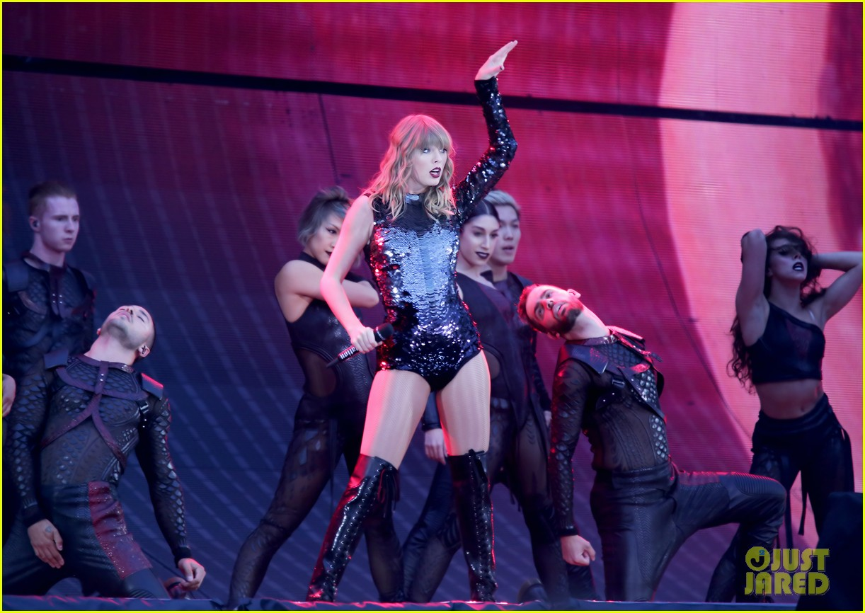 taylor swift pays tribute to bombing victims at manchester show 084098231