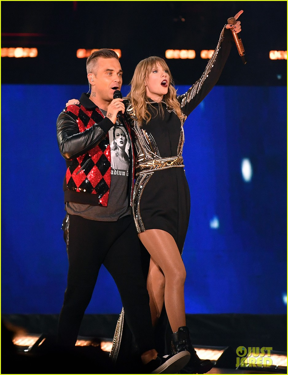 taylor swift brings special guest robbie williams on stage at reputation show in london 024106787