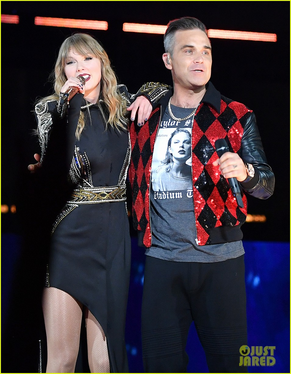 taylor swift brings special guest robbie williams on stage at reputation show in london 044106789