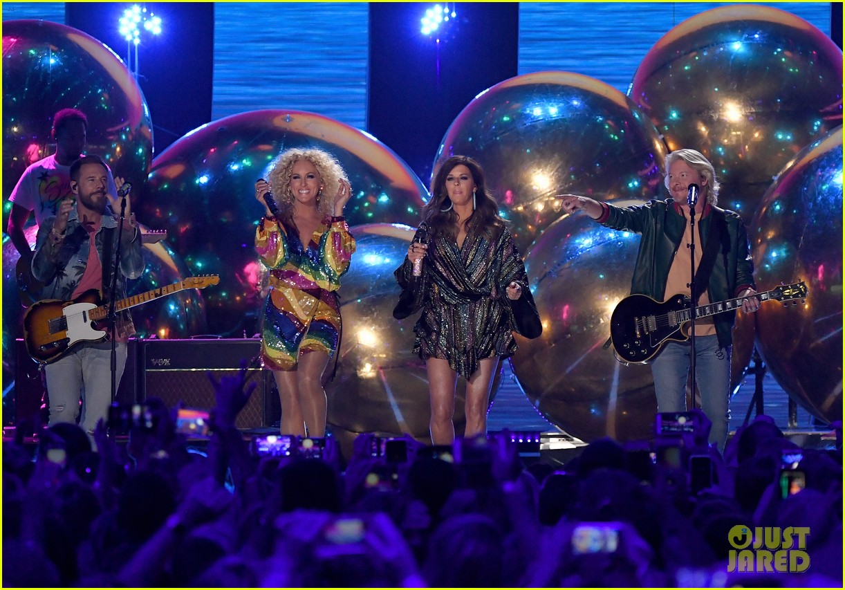 little big town performs summer fever for cmt music awards opening 014096579