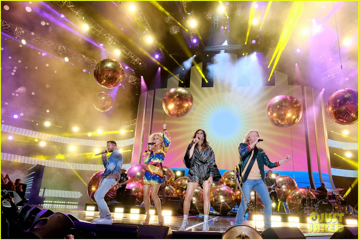 little big town performs summer fever for cmt music awards opening 054096583