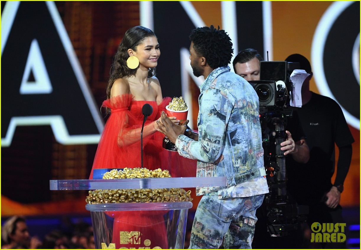 zendaya presents chadwick boseman with best performance in a movie at mtv movie tv awards 014103974