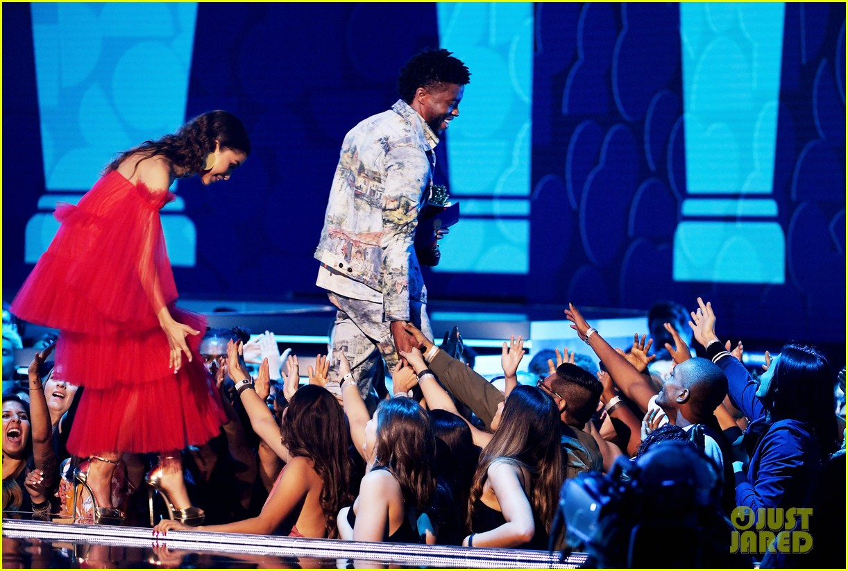 zendaya presents chadwick boseman with best performance in a movie at mtv movie tv awards 044103977