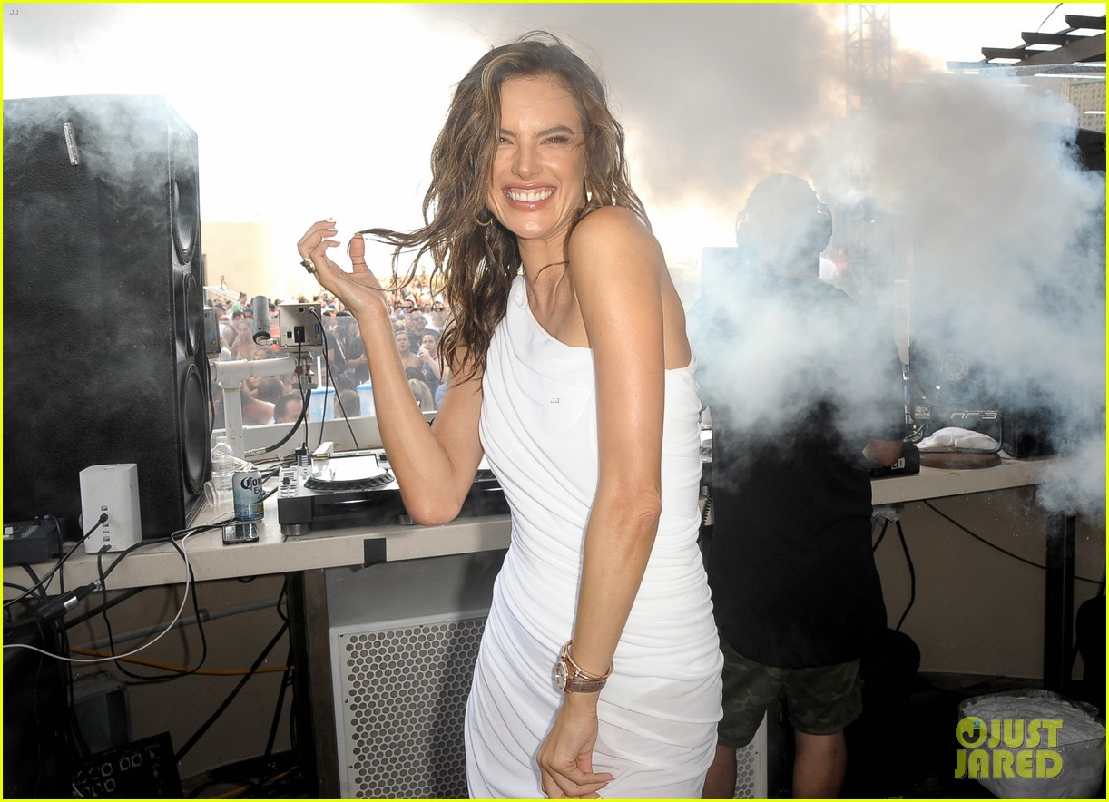 alessandra ambrosio hosts huge pool party in atlantic city. Black Bedroom Furniture Sets. Home Design Ideas