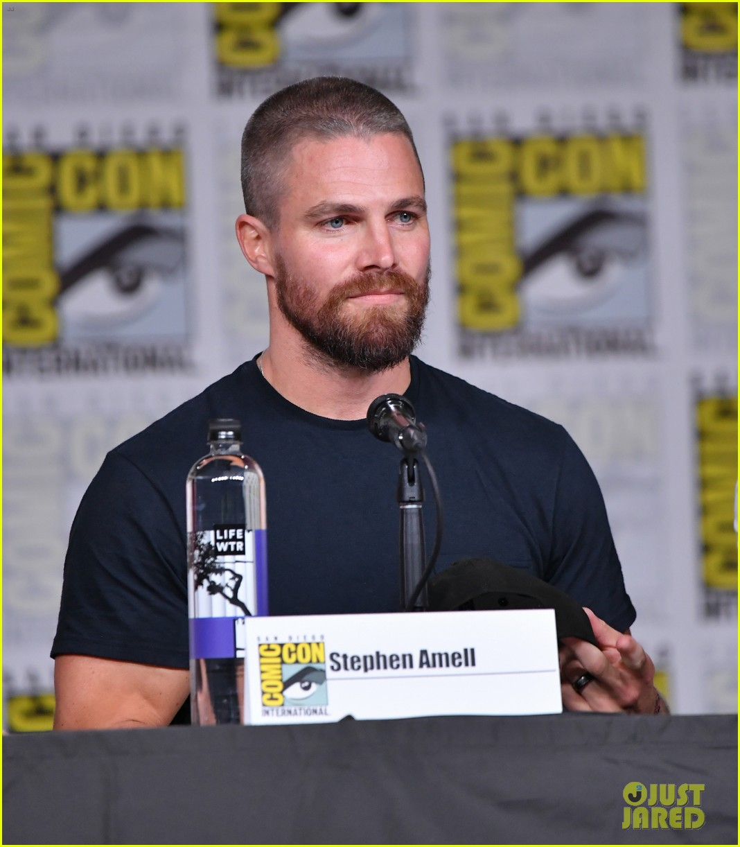 stephen amell arrow costars debut season 7 first look at comic con 214118413