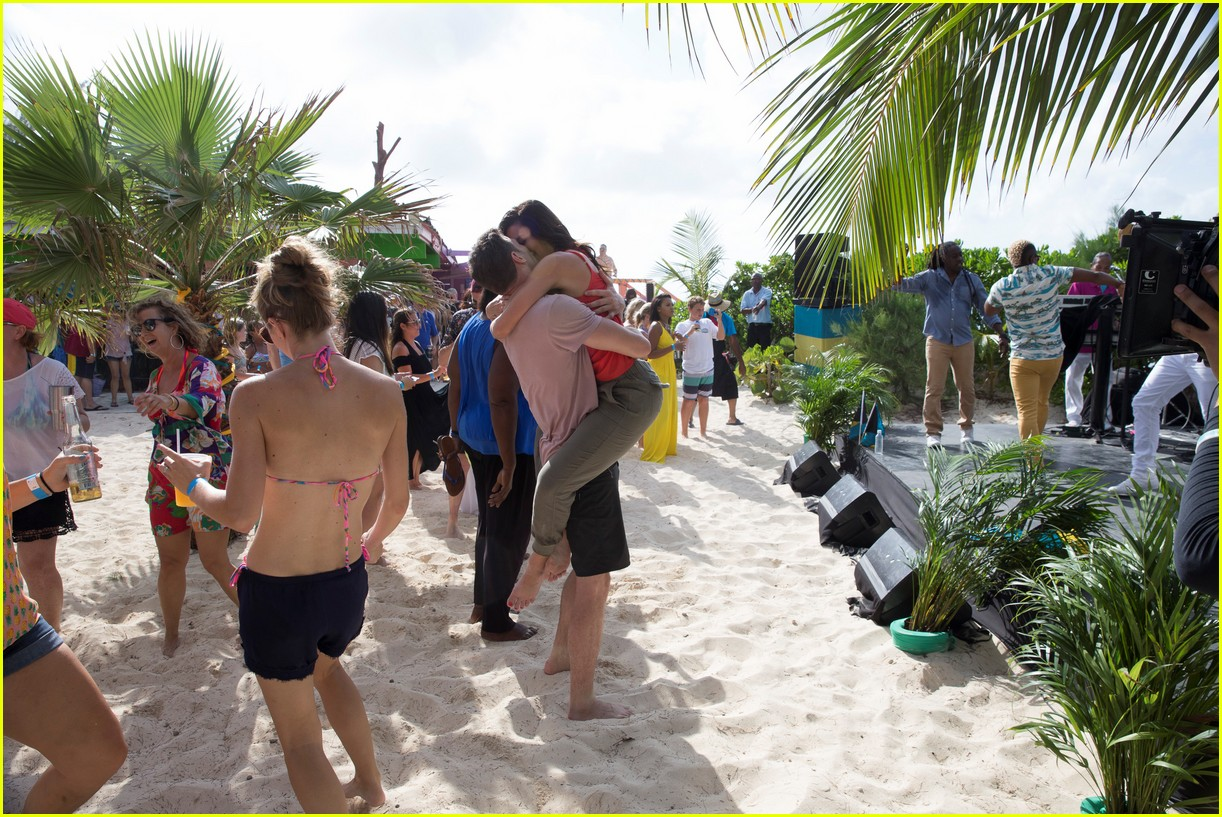 the bachelorette becca kufrin beach garrett blake 384112113