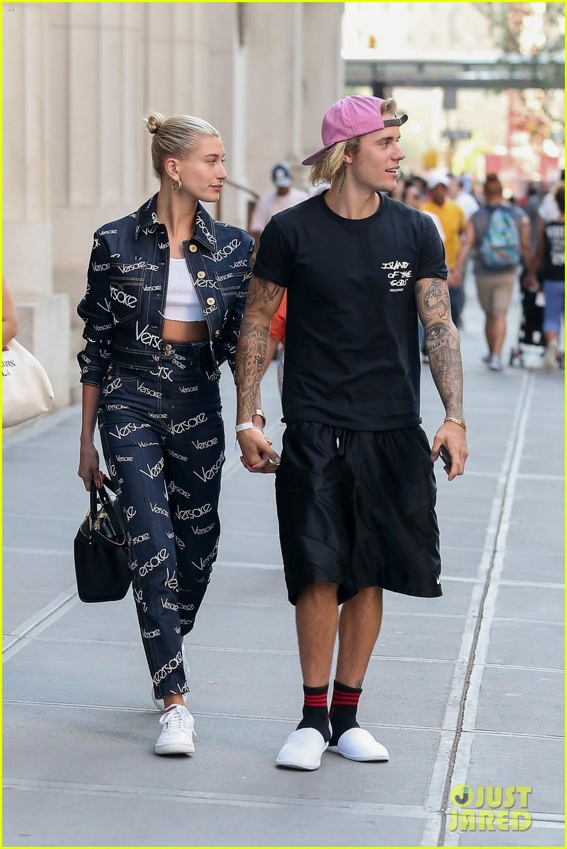 Justin Bieber dan Hailey Baldwin bergandengan tangan setelah mereka kencan di sebuah restoran sushi (dok. Just Jared)