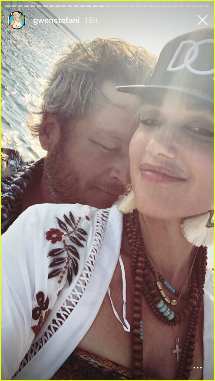gwen stefani blake shelton cute lake photos 014122324