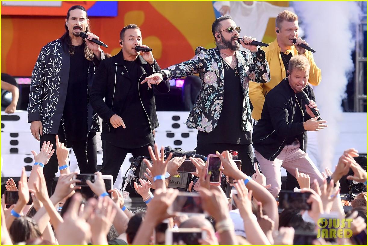 backstreet boys perform their hits on good morning america 054114214