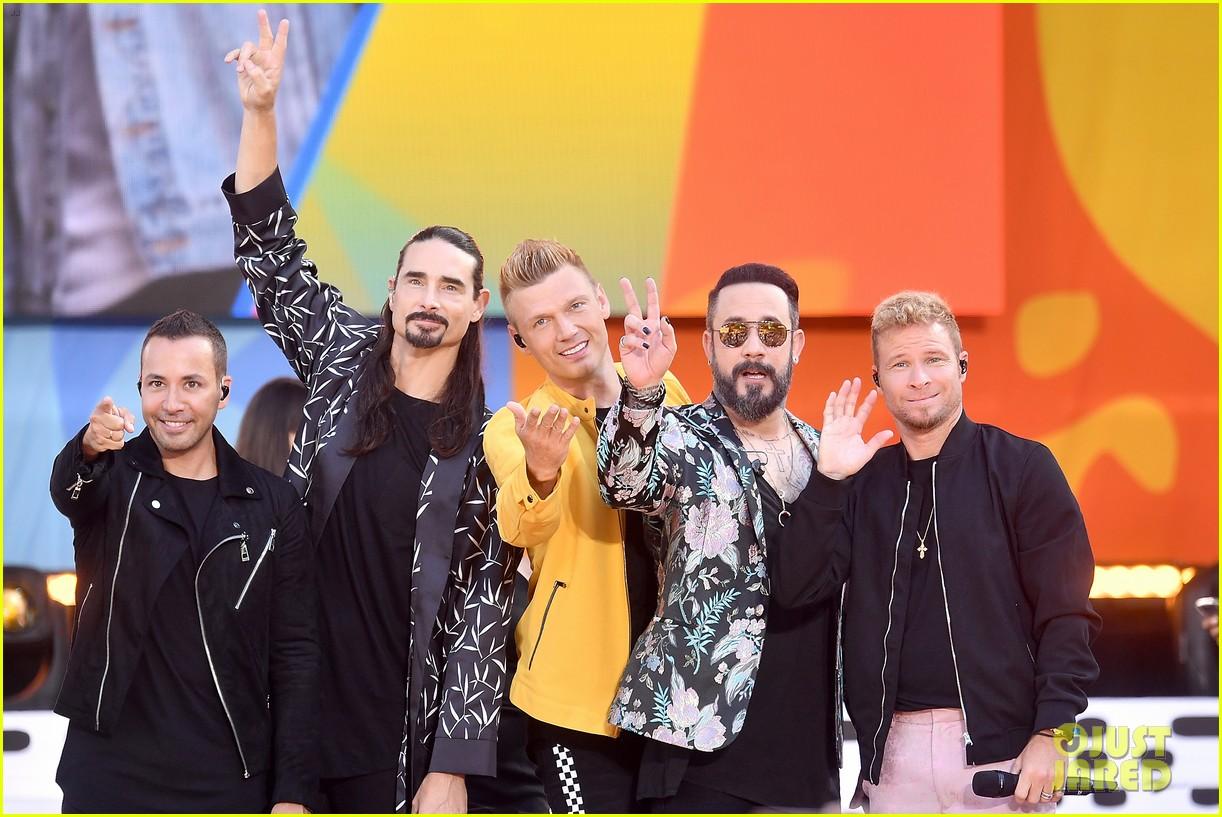 backstreet boys perform their hits on good morning america 064114215