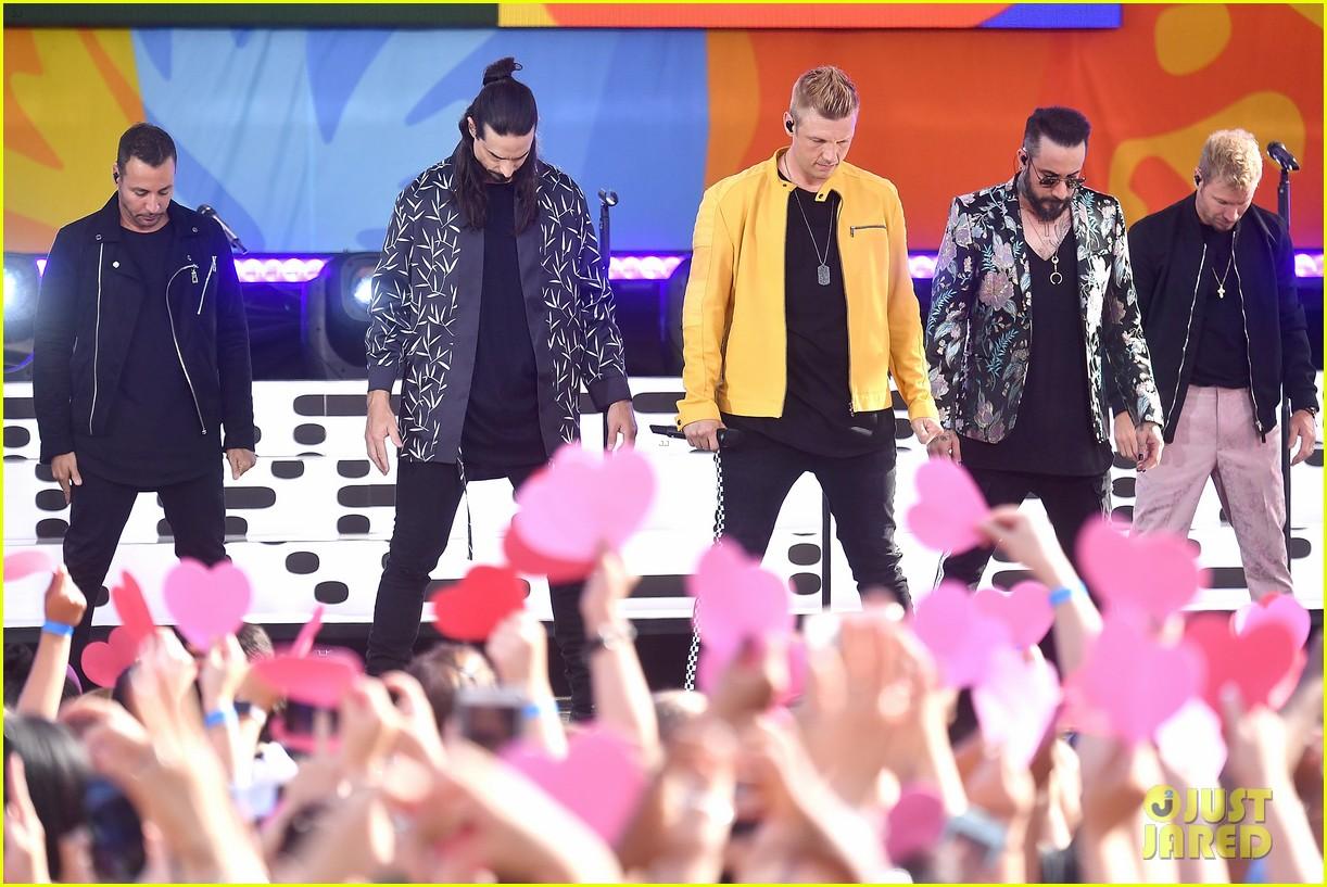 backstreet boys perform their hits on good morning america 094114218