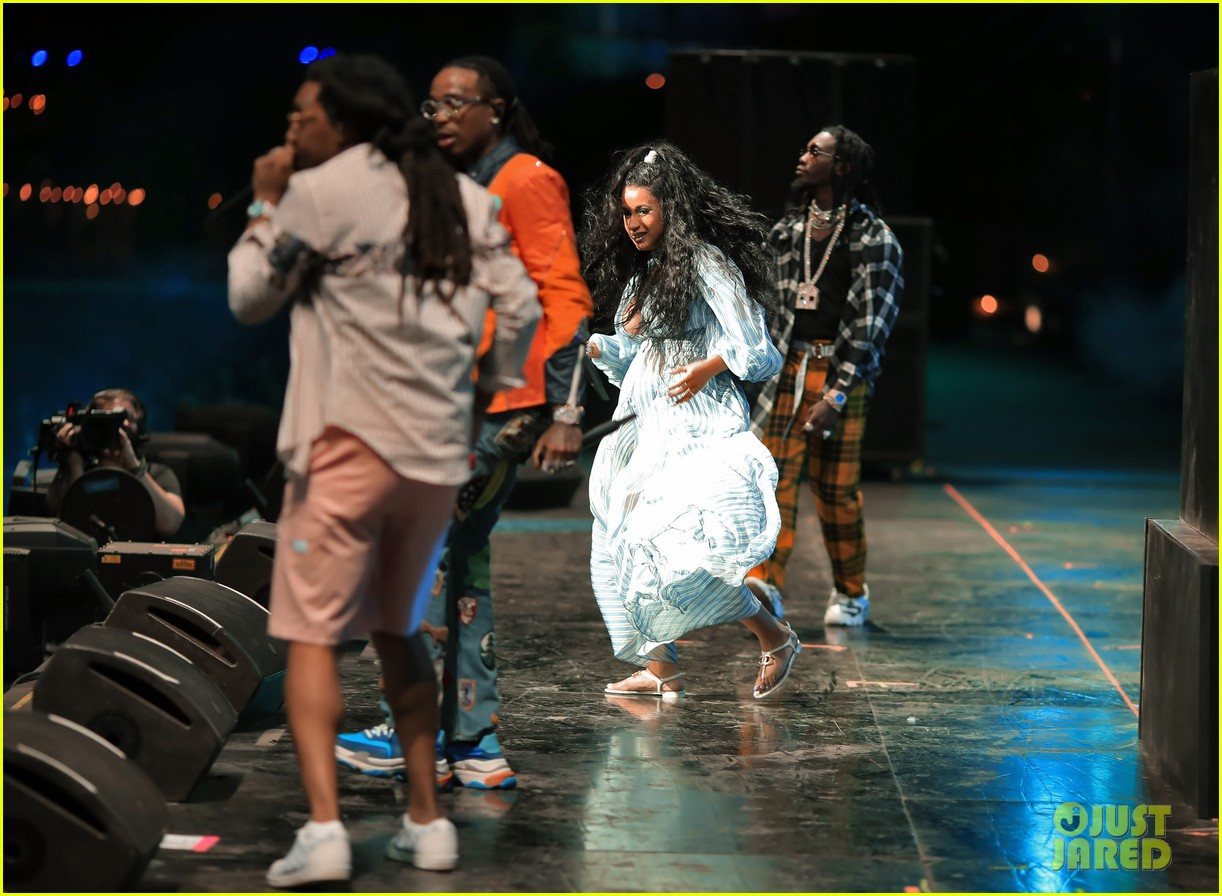 cardi b gives birth baby girl offset 054112854