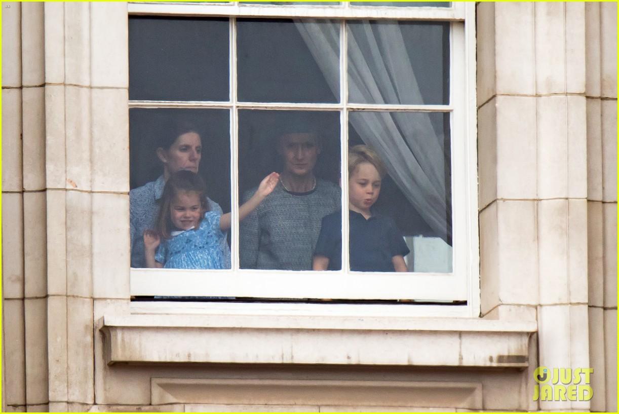 Seperti ini ekspresi Pangeran George dan Putri Charlotte saat nonton Royal Air Force, super menggemaskan! (dok. Just Jared)