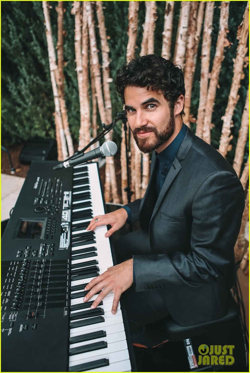 darren criss hosts intimate dinner party in aspen 014114600