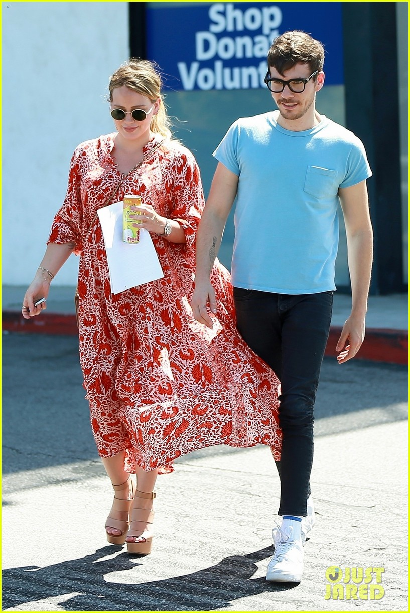 pregnant hilary duff matthew koma lock lips in la 024113721