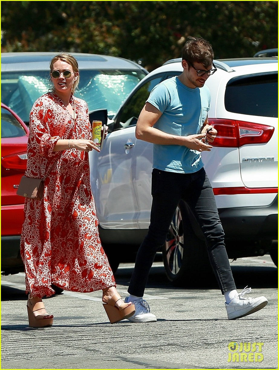 pregnant hilary duff matthew koma lock lips in la 094113728