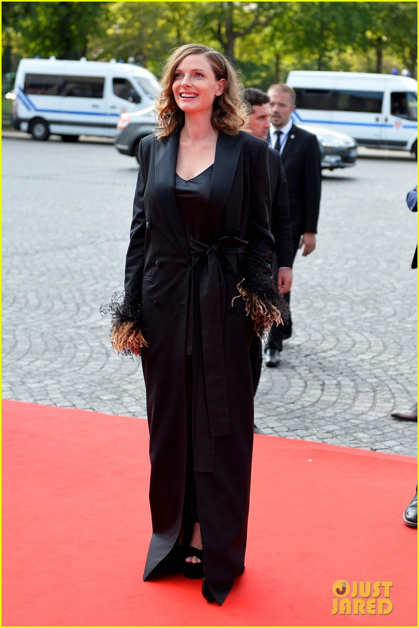 rebecca ferguson walks first red carpet since giving birth 094113681