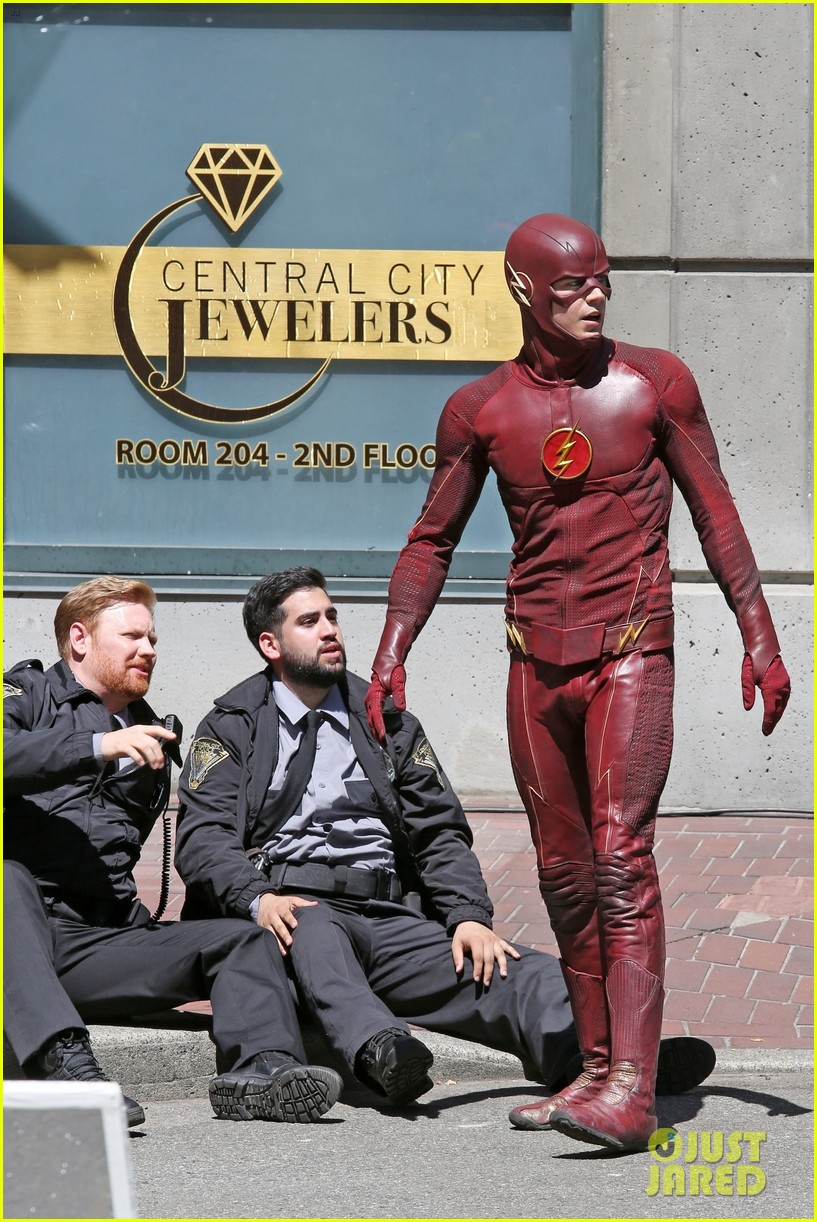 grant gustin suits up on the flash set in vancouver 014116051