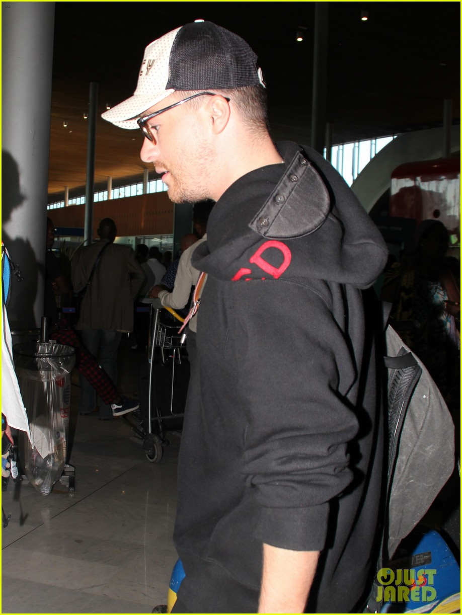 colton haynes travels from paris to vancouver for arrow filming2 084112191